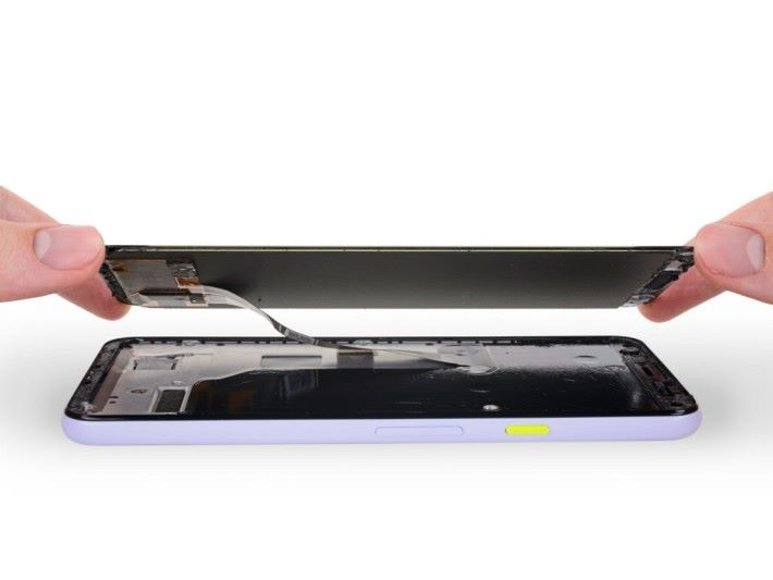 Pixel 3a 備有中階機較少用到的 OLED 屏幕,由 Samsung 製造。(來源:iFixit )