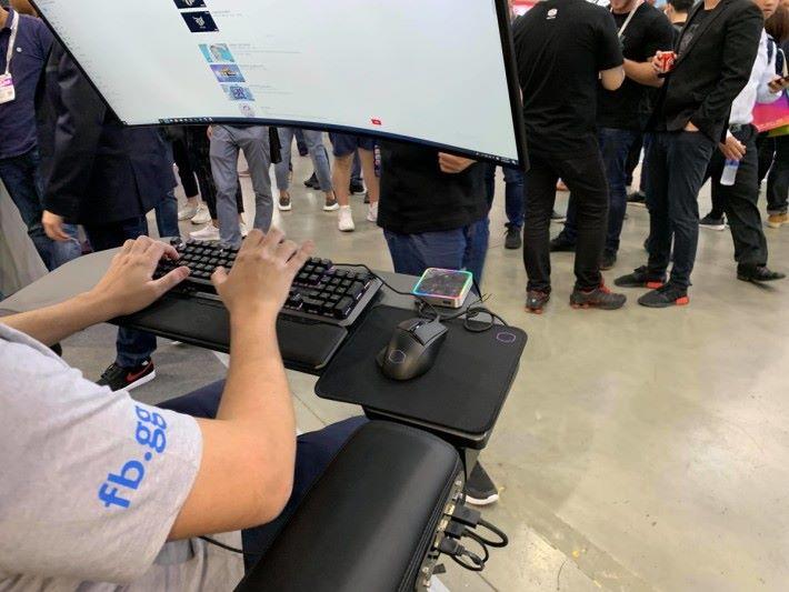 桌面除了鍵盤和滑鼠之外,還有 All-In-One Hi-Fi 控制器。接頭全集中在座椅右邊靠手。