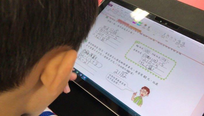 學生在課上使用平板電腦的情況。