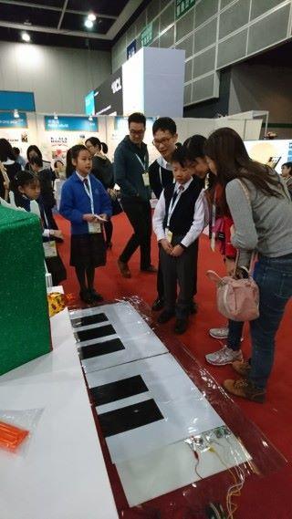 學生們為觀眾解說該裝置的原理。