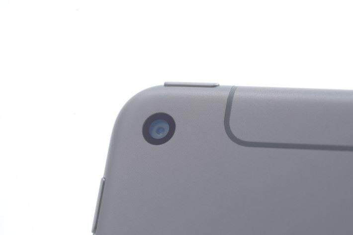 機背的主鏡頭跟上一代同為 8MP,不過也加入了寬廣色域及原況相片拍攝功能。