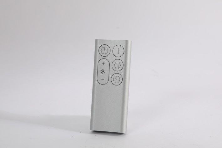 遙控夠的骰,也用上機身同一顏色,且更可磁吸在風扇機身正面。
