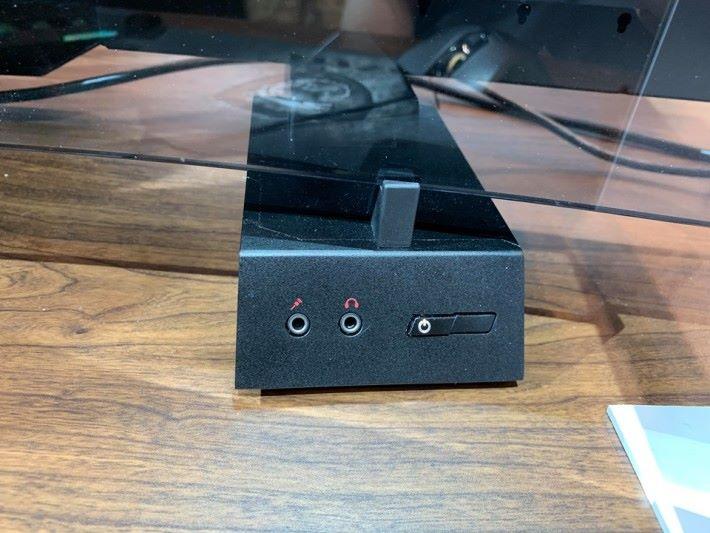 底座自帶 3.5mm 插口及開關,另一邊則有兩個 USB 3.0 及 Type C 插口。