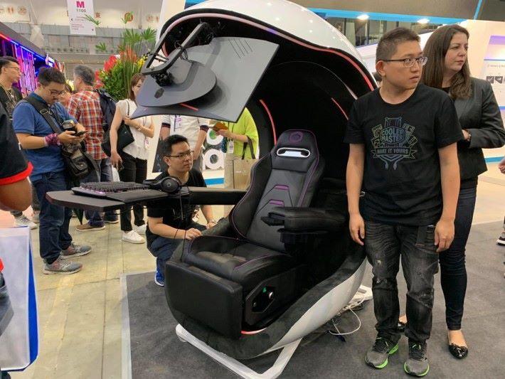 與上一代不同,新一代 Game Pod 採用渾圓設計,也減省了小腿的承托。