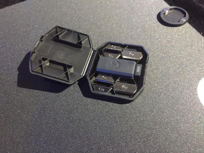 設有收納盒裝砝碼及 USB 接收器。