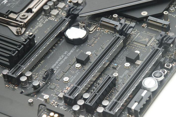 板上提供了 3 條 PCI-E x16 及 2 組 M.2 插槽。