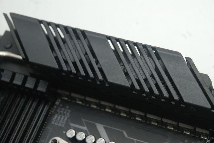 CPU PWM 散熱器有兩把風扇散熱。