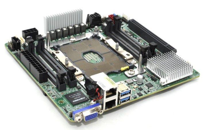 LGA 3647 已佔大部分面積,RAM 槽只能用 SO-DIMM。