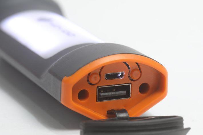 作為基本的流動充電,提供有一個 USB 插頭,以備不時之需。