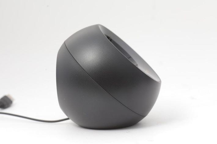 喇叭單元呈 45 度傾斜,就算用戶放在桌面上,都可以正和對住用家的耳朵。