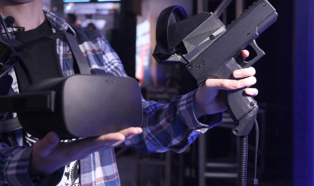 遊戲時配帶的 HTC VIVE Pro 以及作為控制器的手槍。