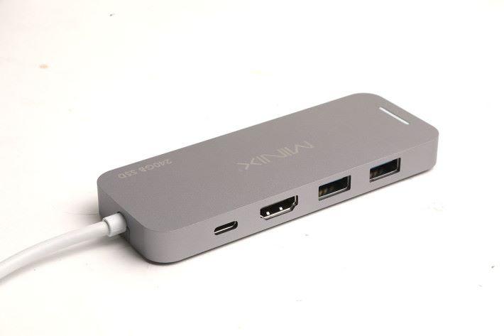 由於內藏 SSD,所以將介面都放在一面。