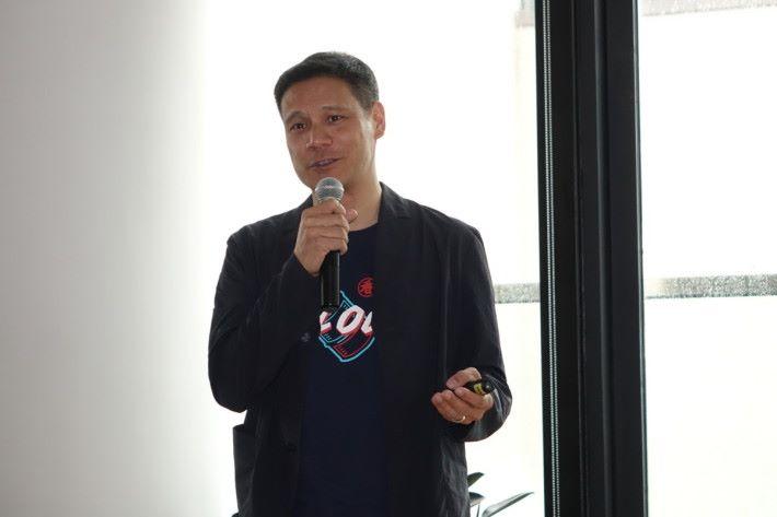 盧漢森介紹 WeWork Go 服務,讓非會員可彈性地使用 WeWork 的辦公空間。