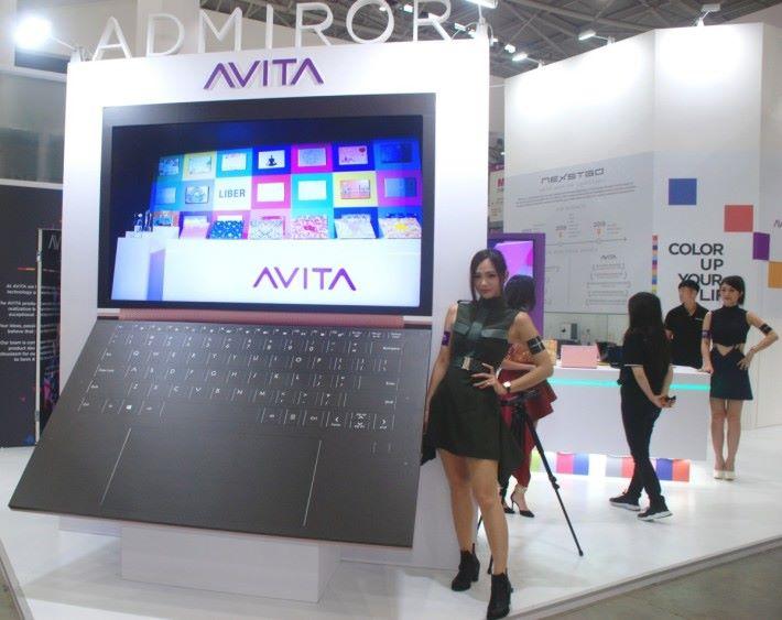 AVITA 展位的巨型 AVITA 筆電