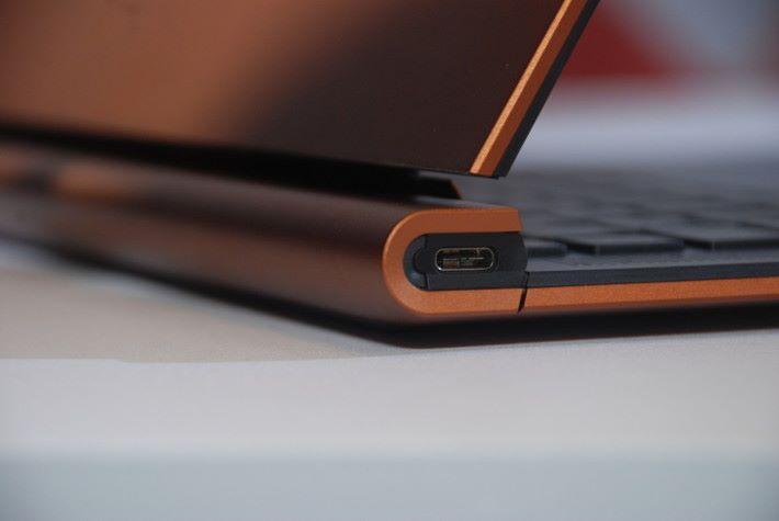 左右兩方只有單組 USB Type-C 輸出