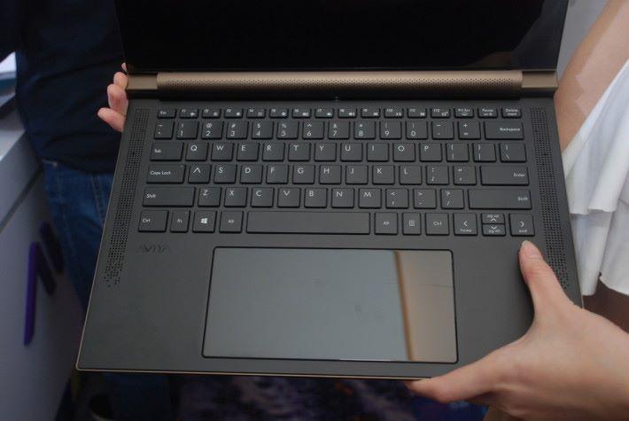 採用大鍵盤設計