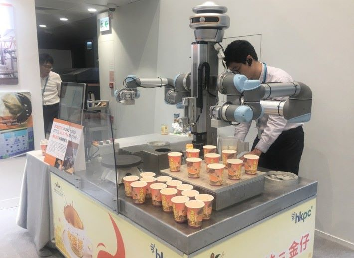 生產力局與香港咖啡紅茶協會合作研發、全港首部人工智能港式奶茶沖製機械人「金仔KamChAI」,可望在三至四個月後正式商用。