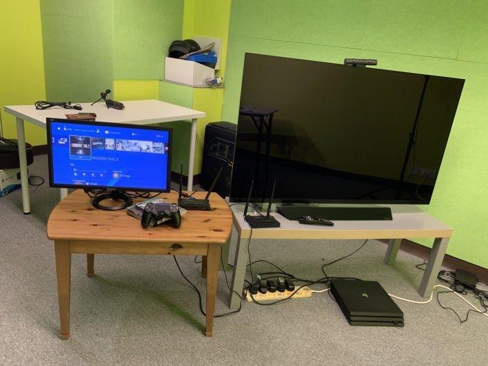 假設灰色電視几是客廳,木枱是睡房。將地上的 PS4 連接 TX 端,就能把畫面傳到睡房屏幕,客廳電視維持關機。