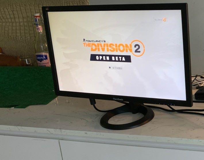 實測 RX 端及屏幕放在距離 PS4 約 4 米的位置,穿過一幅薄牆也無影響。