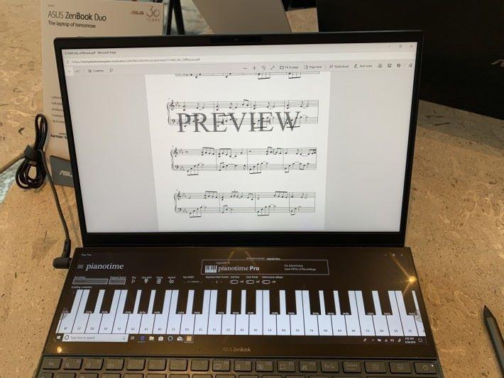 可在 ScreenPad Plus 打開這個鋼琴 App,主屏幕就顯示樂譜。