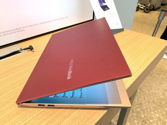 鮮豔配色是 VivoBook 的賣點之一。