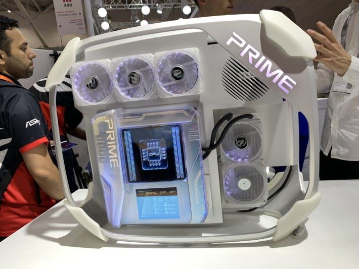 ASUS Prime Utopia 外層被半透明的殼包裹著。由於未知會在哪代 CPU 推出,所以 Socket 位置以發光的 CPU 圖像代表。