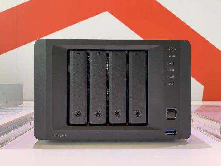 "3.5"" 4-Bay,碟槽的左右兩旁比其他普通 4-Bay 寬闊,因為要裝 GTX 1050 Ti 顯示卡和火牛。"