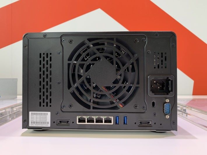 左邊為 GTX 1050 Ti 位置,不可自行拆卸顯示卡。下方的兩個 eSATA 是用來接駁 Expansion 擴充機種。