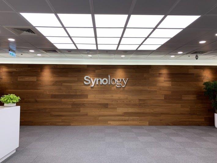 今次在午膳時間參觀辦公室,而 R&D 研發及 QC 品質檢定部門亦位於同一幢大廈,但不開放參觀。工廠則位於桃園市,所有 Synology NAS 都是在台灣製造。