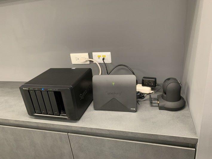 辦公室隨處可見員工進行測試,不過比我們 PCM 測試產品的情況整齊得多。