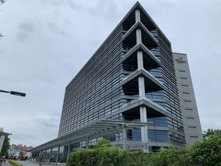 以前 Synology 總部設於台北市中山區,去年 11 月搬到新北市板橋區的 T-Park 台北遠東通訊園區。這裡有很多科技公司進駐。