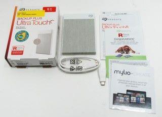 附包裝主要附送 USB Type-C 線材及 Type-A 轉插。