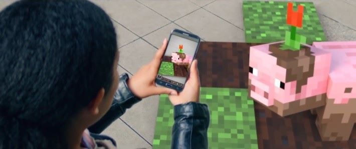 女子提起男人留下的手機,看見 Mincraft 的磚塊小豬出現在現實世界。