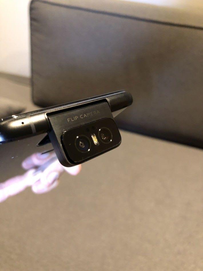 鏡頭除了 180 度翻轉變成自拍鏡頭,還可以自行調校角度。