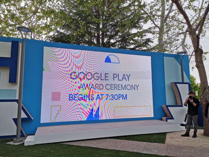 Google I/O 開發者大會前一晚,率先舉行 I/O Mixer 以揭開序幕,當中更有 Google Play Award 頒獎儀式。