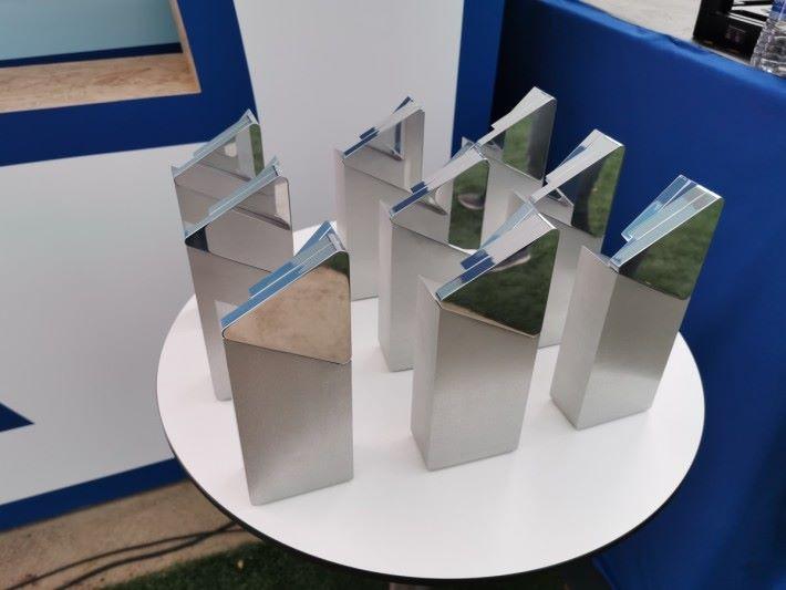 九個獎項得主均會獲得這個十分「墜手」的獎座。