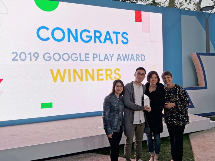 香港的 Google Play 策略夥伴經理 Jennifer Chan(左)及美國 Google Play 應用程式及遊戲業務發展總監 Purnima Kochikar (右)也即場向Kevin 及 JoJo 祝賀。