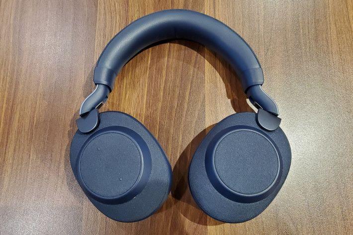 耳機外形同其他頭戴式耳機分別不大,頭帶有一定的厚度,戴上後有著不俗的舒適度。