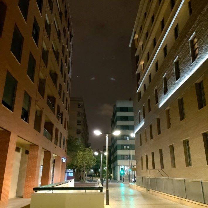 普通模式下的夜景,顏色略淡,建築物的質感有點不足。