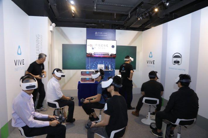 打破傳統VR一對一格局,可同時多人上課。