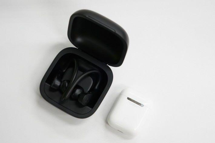 .相比 AirPods ,Powerbeats Pro 的便攜盒可以用巨型來形容。