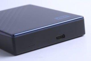 "20.96mm 的厚度比1/2TB 版本的 12.8mm多 8mm 以上,這與廠方採用 2 台 2.5"" 7mm 硬碟有關。"