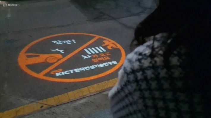 交通燈柱亦會加裝投影機,在晚上時候在路上投射注意安全的告示
