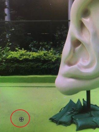 按住 Alt 鍵,按一下圖中地面綠色的部分(見紅圈),亦即把綠色地面設定為影像來源,繼而決定影像中要複製的區域。