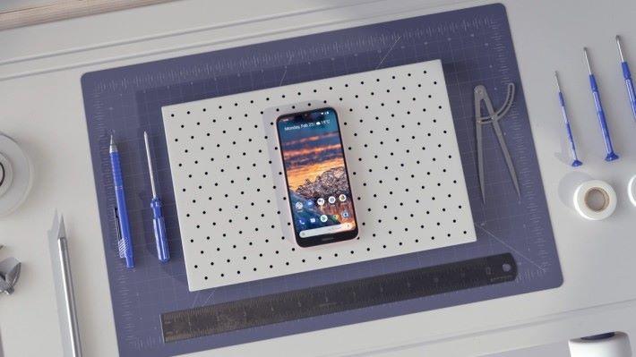 Nokia 4.2 雖然屬入門機種,不過一樣備有多鏡頭系統、臉部辨識解鎖、 NFC 、 Google Assistant 人工智能等最新手機技術。