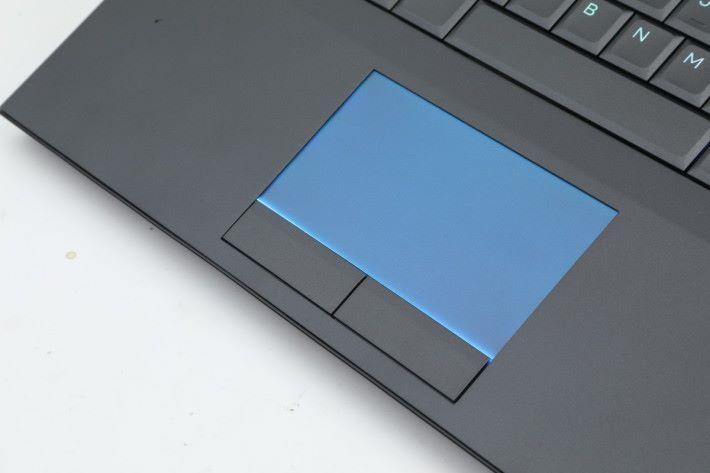 觸控板自帶背光,玩家可自行選擇是否開啟。