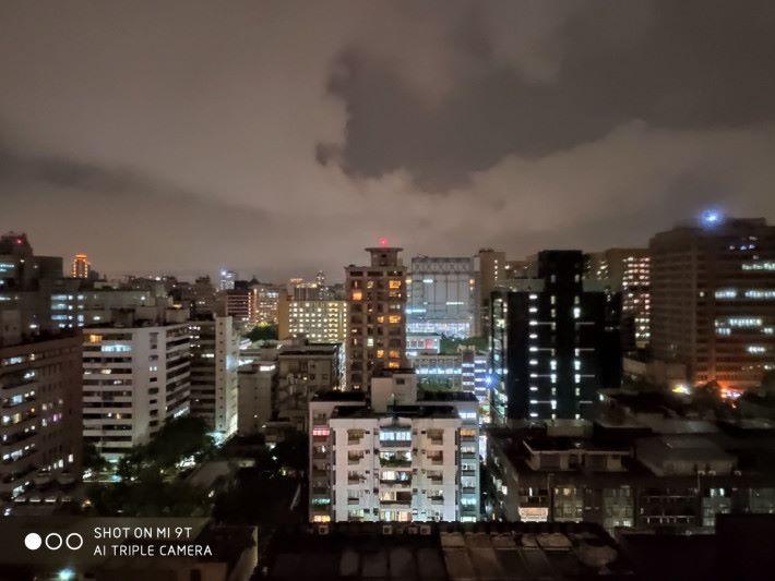 使用夜景模式拍攝,左右兩邊建築物暗位細節重現。