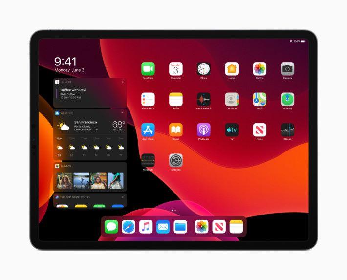 iPadOS 的新 Home 畫面當然也支援黑暗模式。從左邊界往右撥就可以叫出 Today 界面。