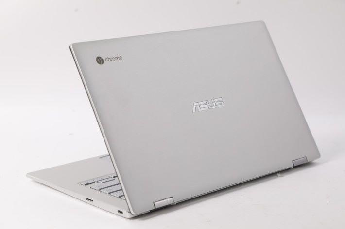 ASUS Chromebook Flip C434 機背有個 Chrome 標誌。