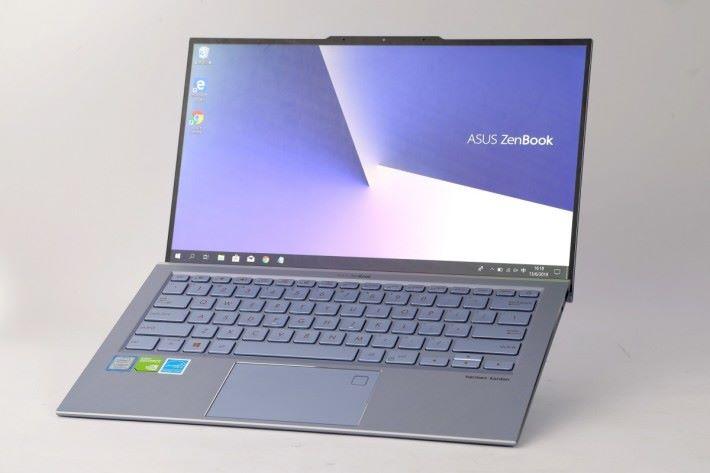 ASUS ZenBook S13(UX392)的屏佔比高達 97%,四邊均採用超窄屏幕邊框。